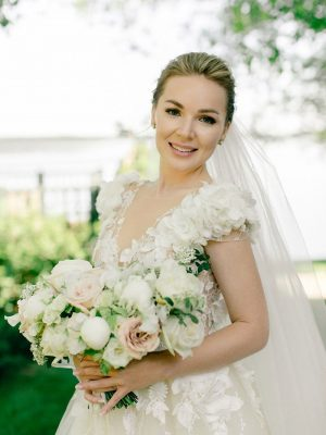 Невеста на загородной свадьбе