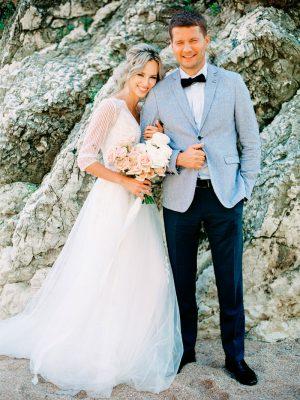 Жених и невеста со свадебным букетом