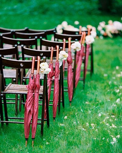Зонтики на свадьбе под дождем