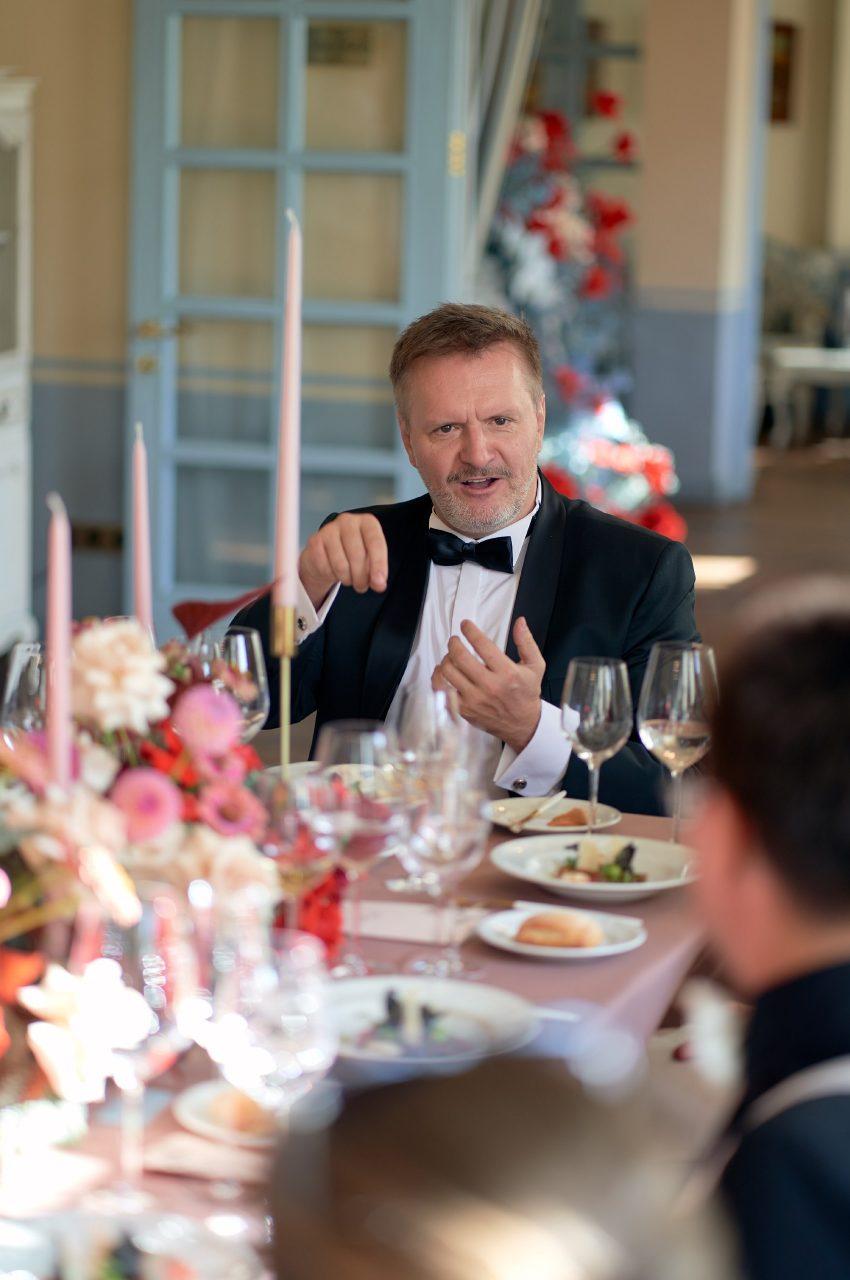 Свадьба, гости за столом